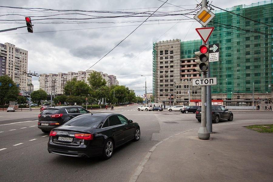 Проезд на красный направо просят разрешить