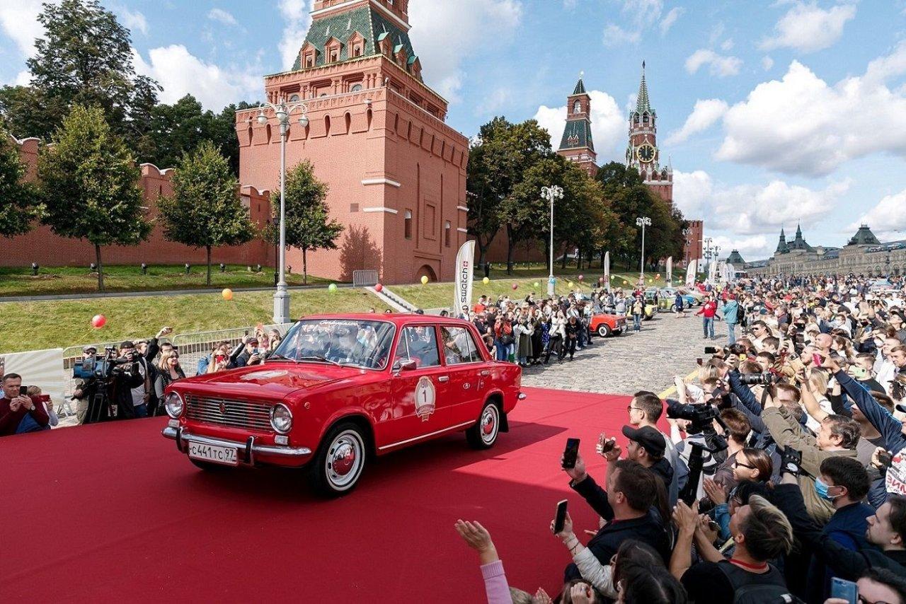 В Москве состоялось грандиозное ГУМ-Авторалли при участии 100 автомобилей LADA