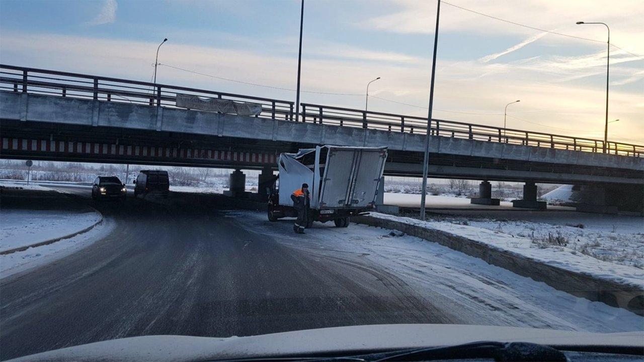 200-я газель застряла под «мостом глупости» в Петербурге