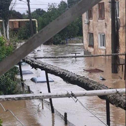 Машины в Керчи ушли под воду. Видео.